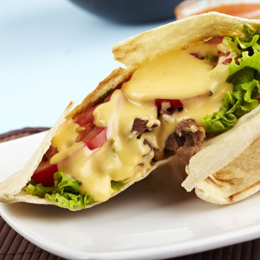 Salsa de queso, sanduche en pan pita