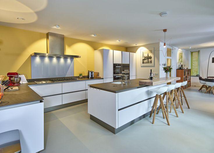 Wilt u uw keuken kopen in Duitsland? In de keukenwinkel van Ekelhoff Keukens vindt u exclusieve top keukens die ook op maat worden gemaakt!