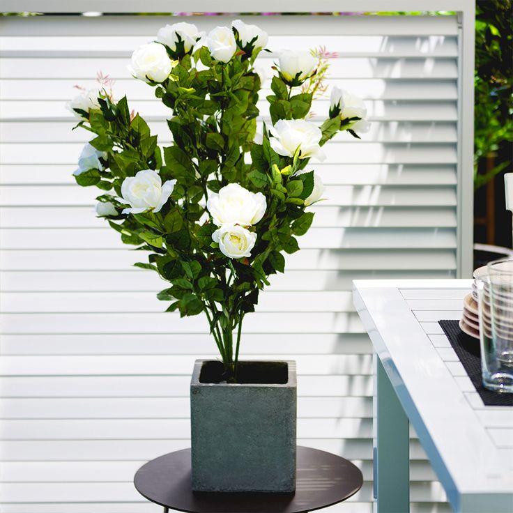 Florile artificiale în ghiveci Trandafir sunt ideale pentru decorarea balconului sau terasei. Realizate din poliester, cu tijă din plastic cu inserție metalică, în ghiveci din plastic, buchetul cu flori artificiale respectă toate caracteristicile plantelor naturale. #mobexpert #reduceri #deco