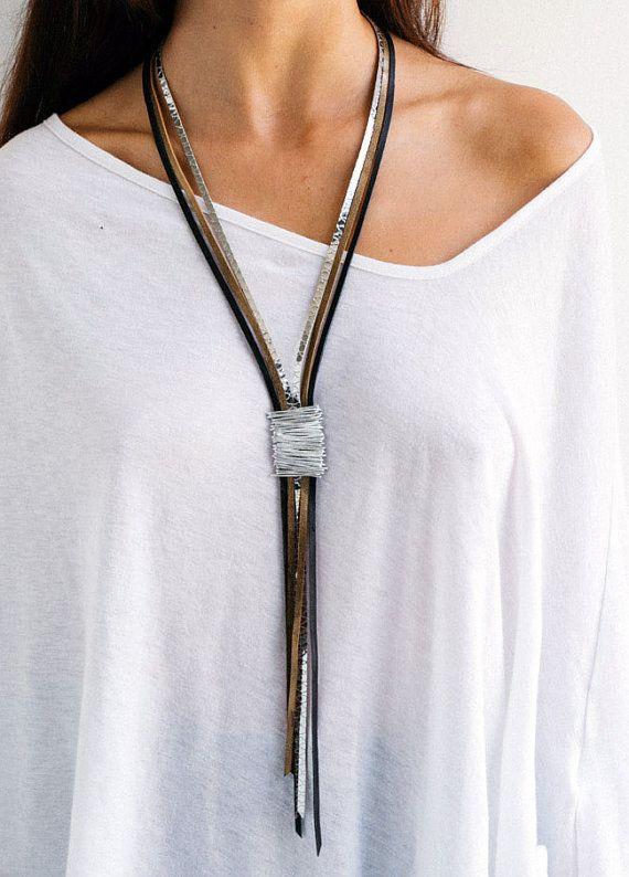 Si usted está buscando una pieza de declaración, este es su collar! Un impresionante collar de cuero largo envuelto en alambre de plata es el mejor complemento para cualquier look de traje. Ideal para la noche y también el accesorio perfecto para un estilo casual.  Este collar es hecho por mí, con amor y dedicación. Cada pieza está diseñada para ser una joya con estilo elegante.  MATERIALES: * Cordones de cuero genuino. * Cable de aluminio (1 mm). Aluminio es ligero y nunca antimanchas, le…