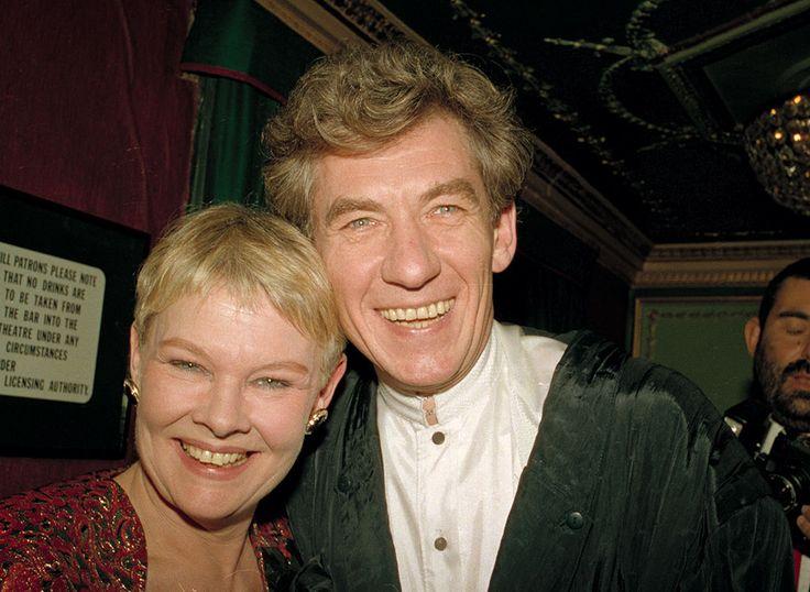 25 января 1988 года. Джуди Денч принимает поздравления от Йена МакКеллен после получения премии Лоуренса Оливье как лучшая актриса 1987 года за роль в «Антоний и Клеопатра».