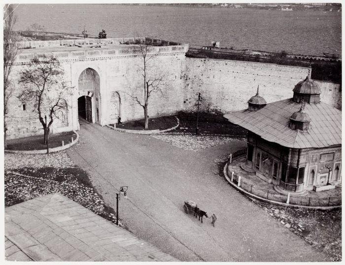 Ayasofya Üzerinden Topkapı Sarayı Girişi / 1946 Fotoğrafçı: Robert Capa http://ift.tt/2qmEcnO