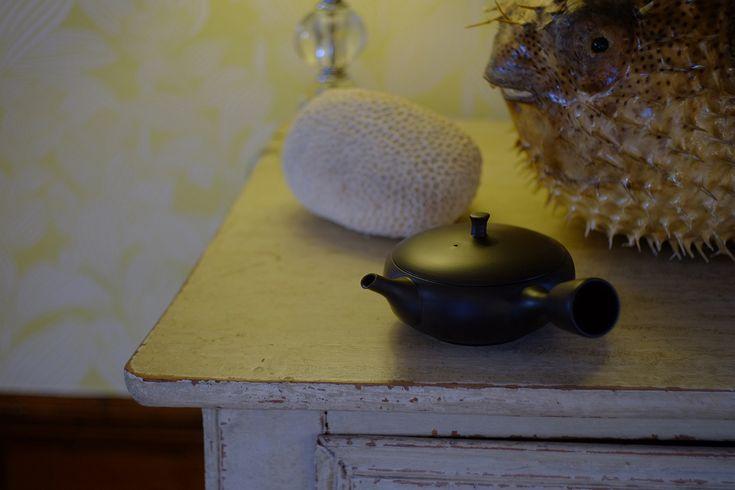 Oji Masanori collaborated with tea professionals from Susumuya to create this simple yet timeless teapot to enjoy your everyday life. #japan # teapot #japanesecraft #craft #everyday #tea #handmade #kiln #unglazed #soil #théière #japon #japonais #artisanat #artisanal #tradition #happy