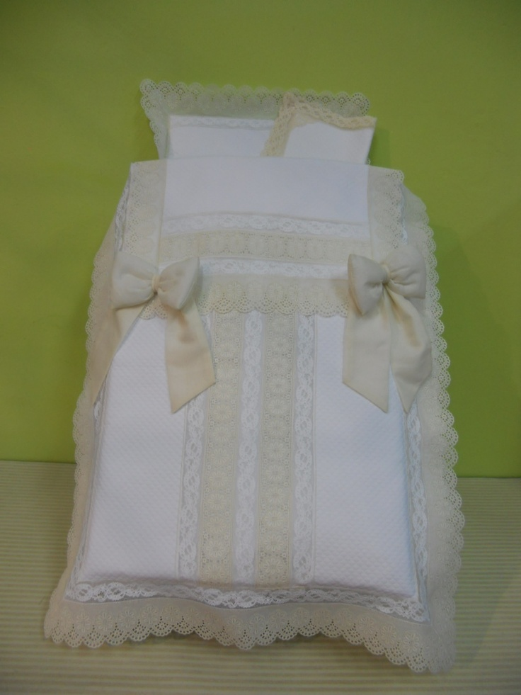 Saco para inglesina,realizado en piqué roselló blanco combinado con tiras bordadas beige y alençon blanco,lazos de batista