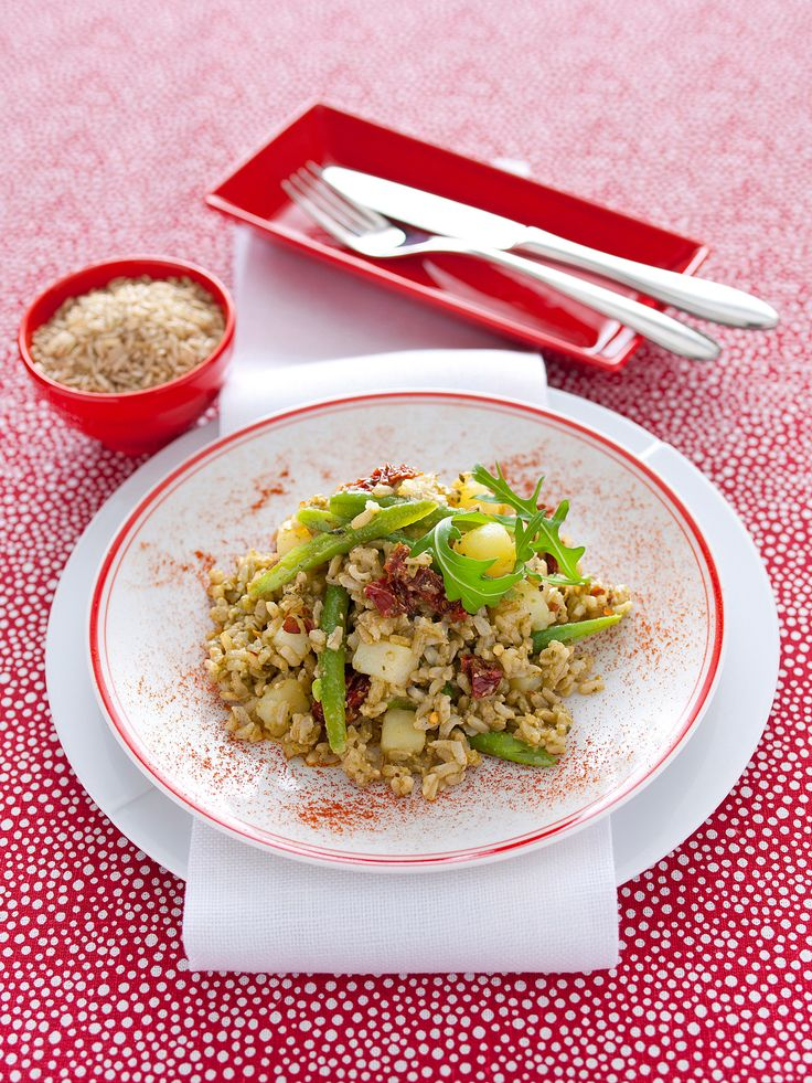 L'insalata di riso integrale al pesto è ricca di pinoli, patate, fagiolini e pomodorini, insaporiti dalla paprika. Prova la ricetta di Sale&Pepe.