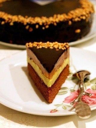 """Торт """"Моцарт""""-желтки, шоколад, фисташковая паста, вишневый конфитюр, коньяк, марципан."""