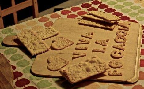 Dopo alcune prove sono riuscito, grazie anche ai suggerimenti del nostro appassionato  Roberto che ringraziamo, ad arrivare ad una ricetta soddisfacente per fare i Crackers in casa!