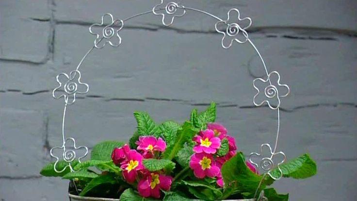 Klängväxtstöd är bra att ha för grönväxter som har ett slingrande eller hängigt växtsätt, för att få ljus och luft in i bladmassan. Många gånger hittar man inte i blombutikerna ett tillräckligt stort eller tillräckligt litet klängväxtstöd för just den växten man har där hemma och då är det roligt att kunna göra själv ett stöd av lämplig storlek.