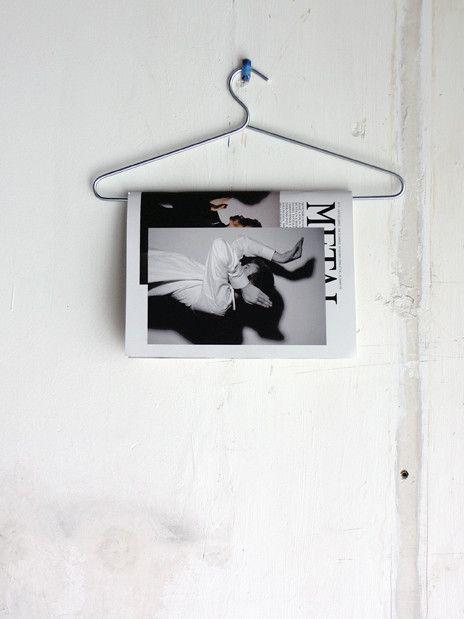 Simpel, praktisch en leuk: gebruik een kledinghanger voor het opbergen van je tijdschriften #DIY #idee