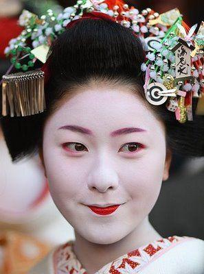 New year's kanzashi from another angle: Upper Lips, Maiko Oiran, Geishas Maiko, Newer Maiko, Japan Art, Geishas Geiko, Maiko Tend, Maiko 12, Geiko Maiko