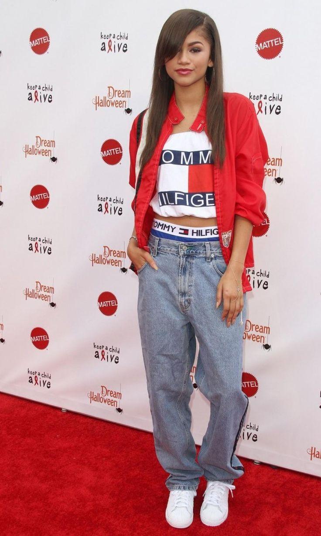 уличная одежда лук с джинсами в спортивном стиле