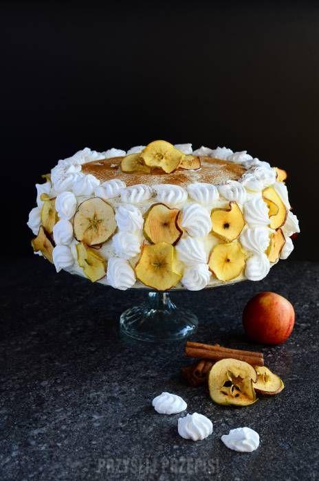Cynamonowy tort jabłkowy z bezami