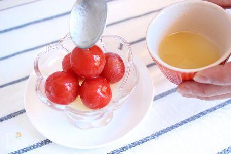 トマトは冷凍することでうま味成分が増えると言われており、冷凍におすすめの食材です。ミニトマトを凍らせて、凍ったままお好みのドレッシングをかければ、フローズンマリネの完成!凍ったままでもシャリシャリと食べられて、涼しげな涼味も楽しめます♪  ミニトマトを冷凍しておけば簡単に作れるので、夏におすすめの1品です!