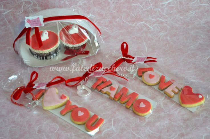 Idee Regalo per San Valentino: Confezioni Cupcake Decorati o Biscotti Decorati più Bijoux. Interamente personalizzabili e solo realizzate a mano