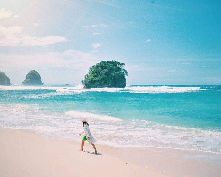 Eksotisme tiap pantai selatan memang sangat memuaskan mata. Namun kali ini tersaji pantai dengan ombak yang tenang dan menentramkan jiwa bagi siapapun yang memandangnya. Beberapa bebatuan karang yang menonjol di tengah hamparan lautan biru menambah artistik untuk dijadikan koleksi fotografi.