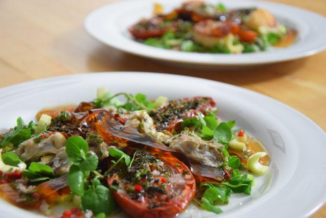 Salat mit Austern, Dashigelee und gerösteten Tomaten mit Anleitung wie man eine Auster öffnet