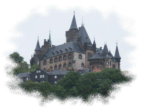http://www.deutschlanddeutsch.ru/turizm/zamki-dvortsy  Замок Вернигероде (Wernigerode)  Замок Вернигероде расположен в горах Гарц (Harz Mountains), признанных национальным парком. Величественная постройка красуется наверху покрытого густыми лесами склона в немецком городе Вернигероде (Wernigerode), который принадлежит земле Саксония-Ангальт (Saxony-Anhalt).  В настоящее время замок открыт для посетителей; он является одним из самых посещаемых туристических точек в Саксонии-Ангальт. Многие…