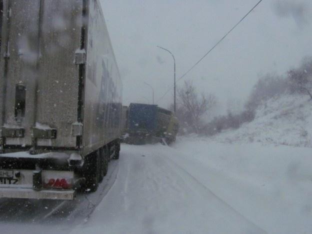 Codul galben de ninsori a paralizat sudul judeţului dar şi intrările în oraş dinspre Brăila şi Tecuci.    Zeci de tiruri, furgonete şi autoturisme au rămas blocate din cauză că utilajele de deszapezire au intervenit mult prea târziu. În plus, drumul naţional 25, care face legătura între Moldova şi Muntenia a fost blocat timp de câteva ore din cauza ciocnirii dintre două tiruri.