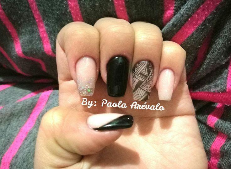 Uñas acrilicas color rosa y negro con decoración tribal