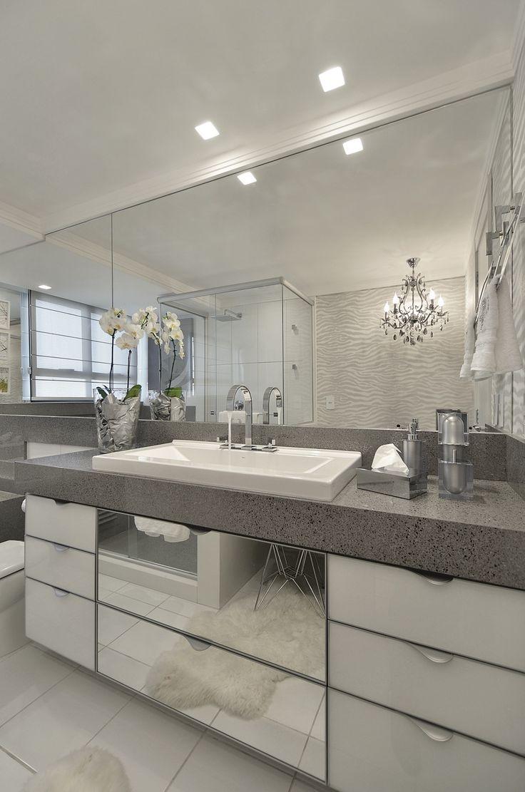Banheiro cinza e branco revestido de silestone e com bancada de make! - DecorSalteado