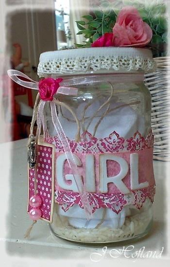 Leuk idee, pak een glazen pot stop er een rompertje in en versier de pot mooi met linten en andere passende versieringen.
