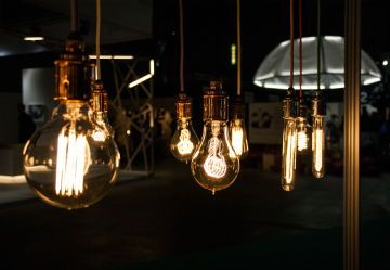 Designverstas Omana, Simppeli-valaisin värillisillä lampunjohdoilla.