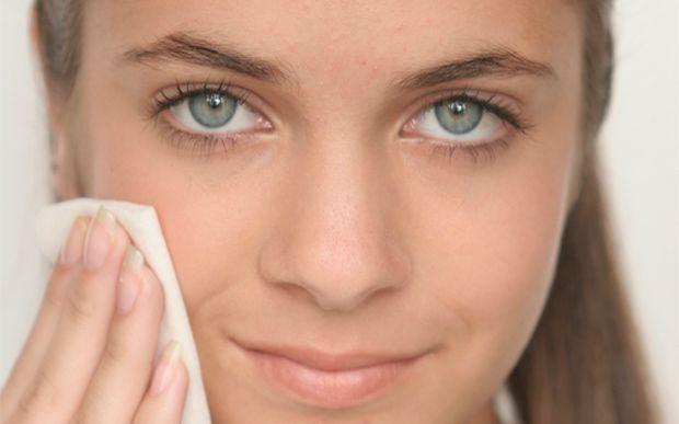 6 dicas para lidar com o suor sem drama  4.Use roupas de fibras naturais Os tecidos sintéticos aquecem a axila e aumentam a produção de suor. Prefira modelos de algodão que facilitam a evaporação do suor na região. Dica: não repita a mesma roupa muitas vezes seguidas, pois as bactérias responsáveis pelos maus odores podem contaminar as peças e aumentar o problema com o cheiro.