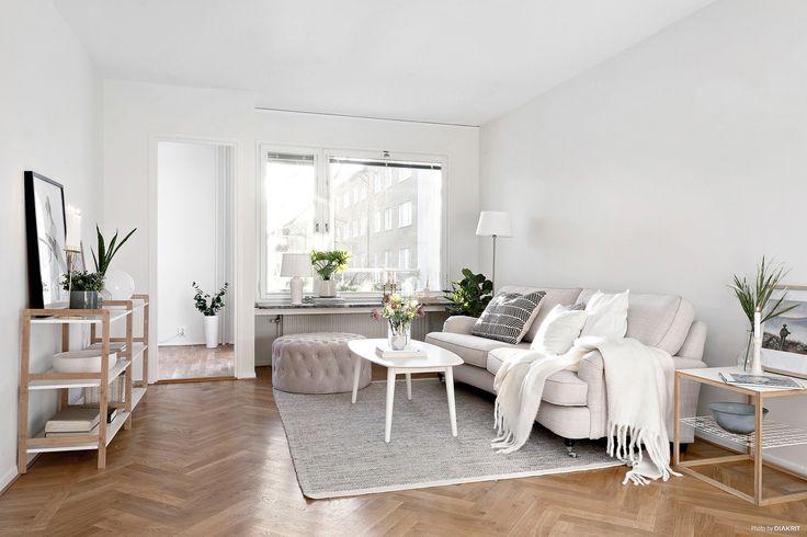 Rymligt och ljust vardagsrum med ett klassiskt parkettgolv