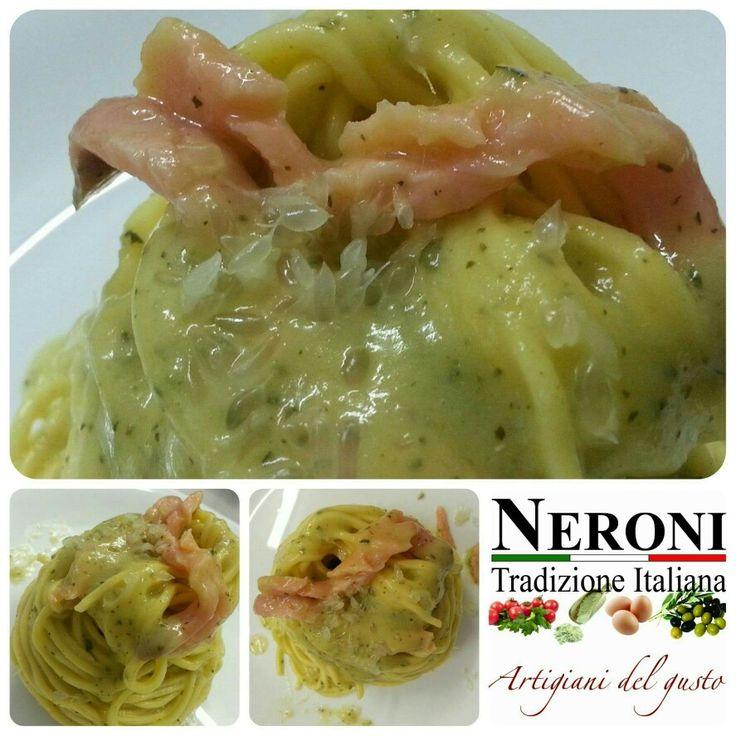Tonnarelli con crema di zucchine, salmone e Finger Lime Italia (caviale di limone)... #neronitradizioneitaliana #italia #ciboitaliano #fingerlime #pasta #sughi