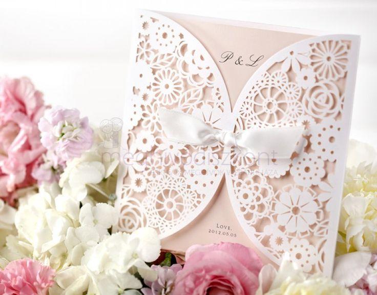 Nagyon elegáns esküvői meghívó, mely egy gyönyörűen csipkézett borítóból - belül…
