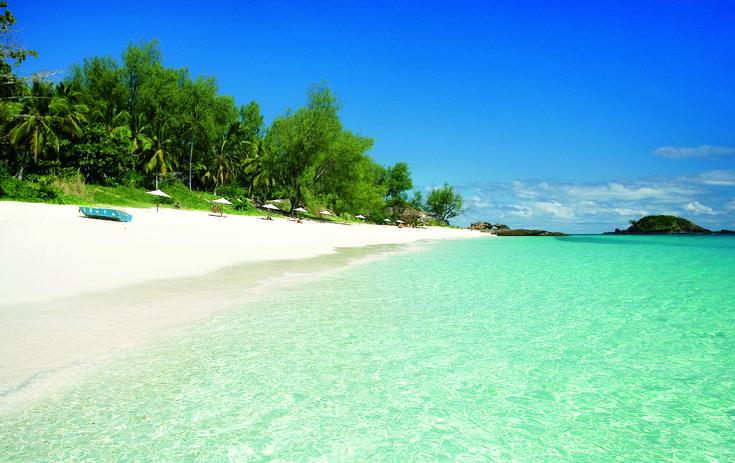 Venite presto perchè ci sono pochi ombrelloni disponibili :P #madagascar #seaview #paradise #greensea #coast #voyage #holiday #giampaoloscacchi