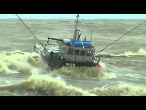 Increíble video 2 Barcos de pesca en los mares muy agitados