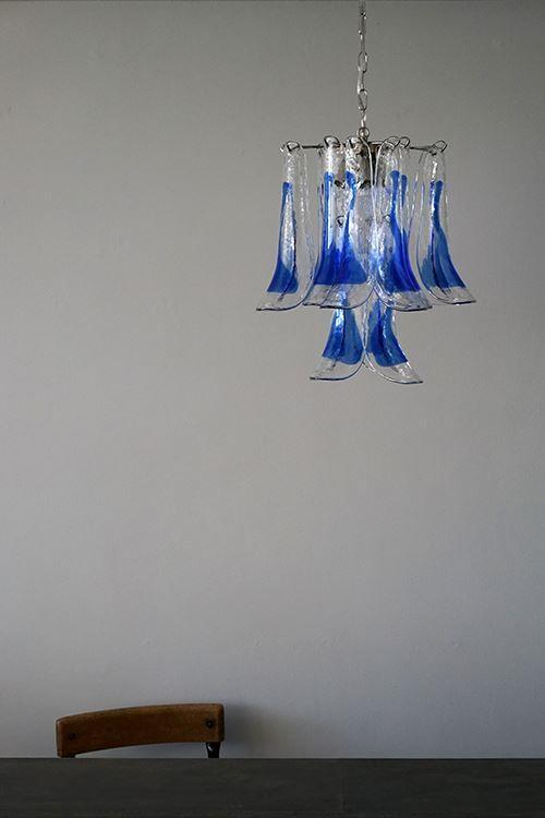 イタリアから届きました、Muranoガラスを使用したヴィンテージのモダンなシャンデリアライト。ムラーノガラスとは、イタリア・ムラーノ島の職人によって手作りされた1点もののガラス製品です。こちらは1950年代に制作されたもので、合計16枚ものガラスチャームが使用された贅沢な逸品。花びらが重なったようにも見える素敵な照明は明かりを灯すと、また違った表情を見せてくれます。