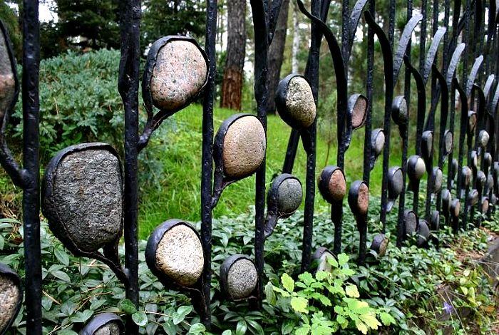Кованый забор, украшенный камнями.