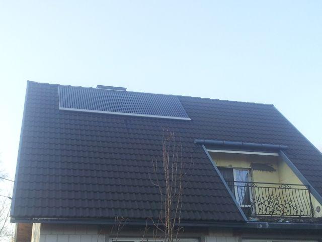 Kolektory próżniowe DS 30 x 2 montaż na dachu. Solary podgrzewają wodę użytkową w domu zamieszkałym przez 7 osób. Kolektory próżniowe współpracują z grzałką elektryczną podgrzewają 2 zbiorniki o łącznej pojemności 700 L.