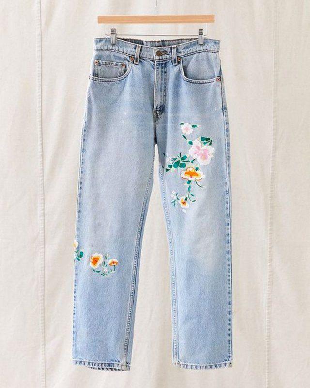 Fleurs brodées sur un jean / broder des fleurs sur un jean