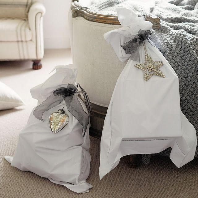 Mi piace l'idea di impacchettare i regali nelle vecchie federe ricamate dalle nonne