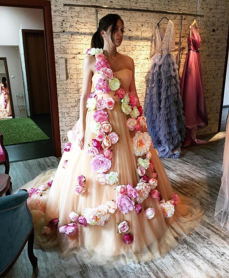 Очень красивое, нереально пышное платье, съемная лямочка с цветами на плече, огромное множество красивых цветов😍😍😍😍. Стоимость аренды 3100₽ И наша #princessofflowers_storydress теперь стоит дешевле 1600 ₽ #прокатплатьев #арендаплатьев #платьедляфотосессии #платьянафотосессию #пышноеплатье #пышноеплатьеваренду #вечернееплатье #вечернееплатьеваренду #платьеоблако #эксклюзивноеплатье #арендамосква #прокатмосква #прокатплатьевмосква #платьедляфотосессиимосква #dress #платьеоблакомосква…