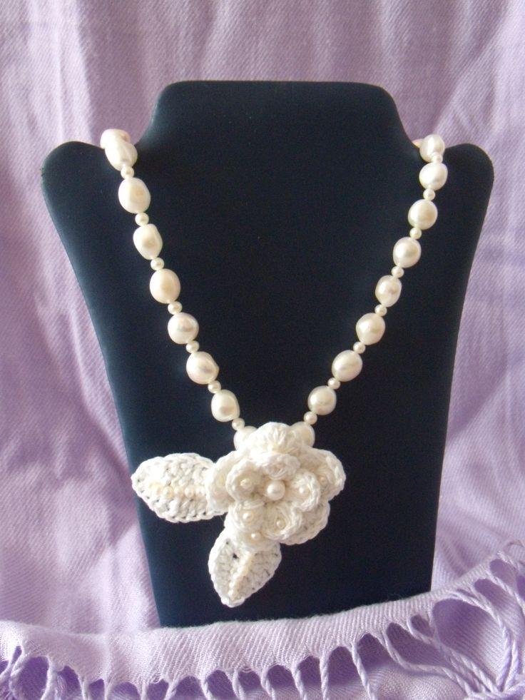 collana di perla bianca con fiore ad uncinetto lunghezza 55 cm