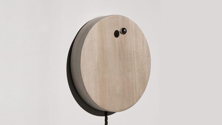 Kickstarterにて現在好評クラウドファウンディング中の時計「story」の紹介。美しい木盤の上に金属球がポツリと浮かんでるだけ。文字盤も時計の針も全くないのが特徴で、金属球を太陽の周りを回る地球に見立ててデザインされている。