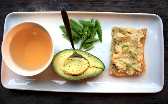 Quinoa brød! Quinoa er en god venn til mange retter! Veldig næringsrike deilige frø, dobbelt så mye proteiner som i ris. http://veganmisjonen.blogspot.no/2011/10/oppskrift-glutenfritt-quinoa-brd.html