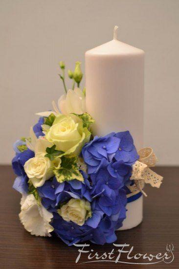 Lumanari de nunta scurte in nuante de albastru si alb cu hortensie albastra si trandafiri albi.