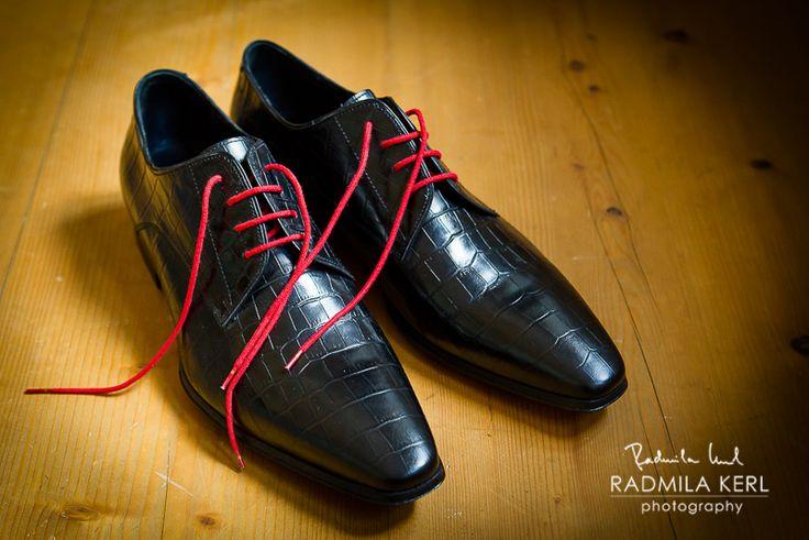 nice black and red wedding shoes for men / shoes for groom by © radmila kerl wedding photography munich schöne schwarz-rote Hochzeitsschuhe für den Bräutigam