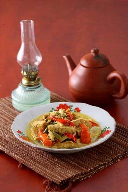 INDONESIA. BUANGEEET, JANGAN LOMBOK  Jangan lombok adalah sayur tradisional dari Wonogiri. Isinya tempe dan potongan cabai. Mau tahu rasanya? Segera coba resep berikut ini.  Bahan-bahan/ Bumbu-bumbu: 400 gram tempe, potong 3x1x1 cm 10 buah cabai hijau keriting, iris miring 10 buah cabai merah keriting, iris miring 5 buah cabai rawit merah, belah 2 bagian 5 buah cabai rawit hijau, belah 2 bagian  8 butir bawang merah, iiris 3 siung bawang putih, iris 3 lembar daun jeruk, dibuang tulangnya 2…