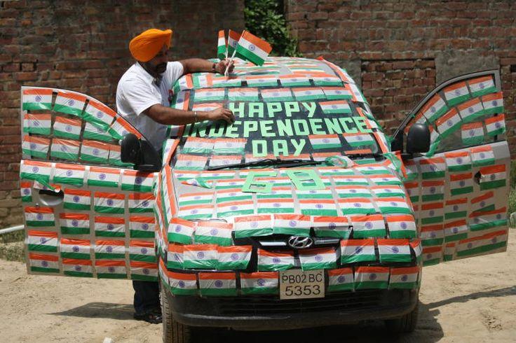 Unabhängigkeitstag: Am 15. August feiert Indien alljährlich die 1947 erlangte Unabhängigkeit vom britischen Empire. Aus diesem Anlass hat der Künstler Harwinder Singh Gill sein Auto mit rund 350 indischen Flaggen dekoriert. Wie fährt es sich wohl mit zugeklebten Fensterscheiben? Mehr Bilder des Tages auf: http://www.nachrichten.at/nachrichten/bilder_des_tages/cme10133,1122805 (Bild: apa)