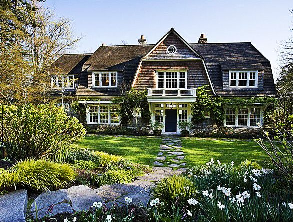 Shingles, vines, landscaping - this could only get better if the ocean is in the backyard.East Coast, Hampton Style, Guest Cottages, Beach House, Dreams Home, Cozy House, Coastal Home, Dreams House, Timeless Style