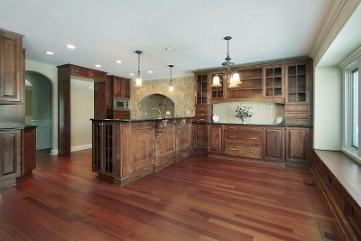 Cocina en casa con gabinetes de madera cerezo de lujo