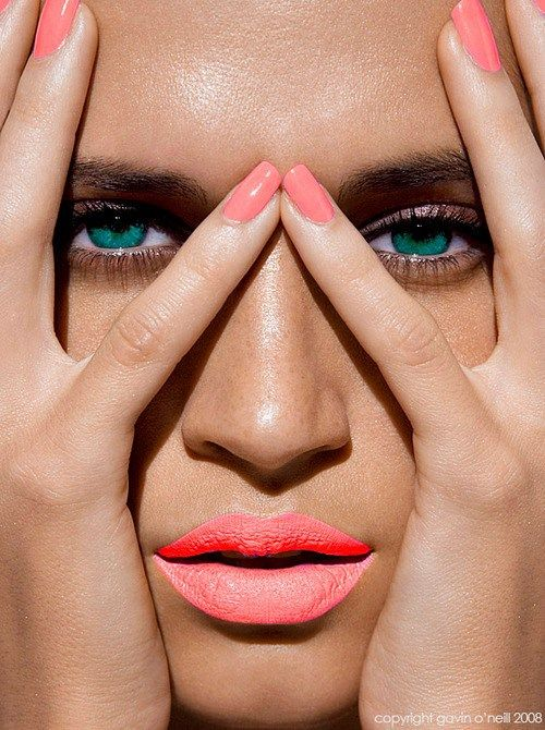 Koraalkleurige lippen en nagels. #zomer