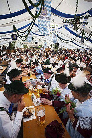 La gente en traje de Baviera dentro de la tienda de cerveza, Oktoberfest…
