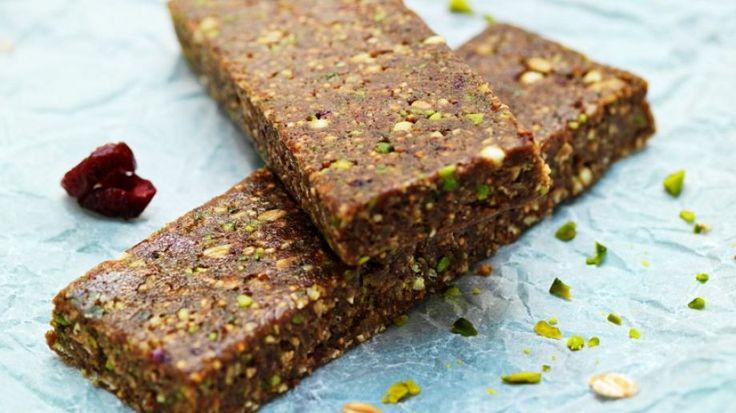 Ein perfekter Snack für zwischendurch: Dattel-Nuss-Riegel | http://eatsmarter.de/rezepte/dattel-nuss-riegel